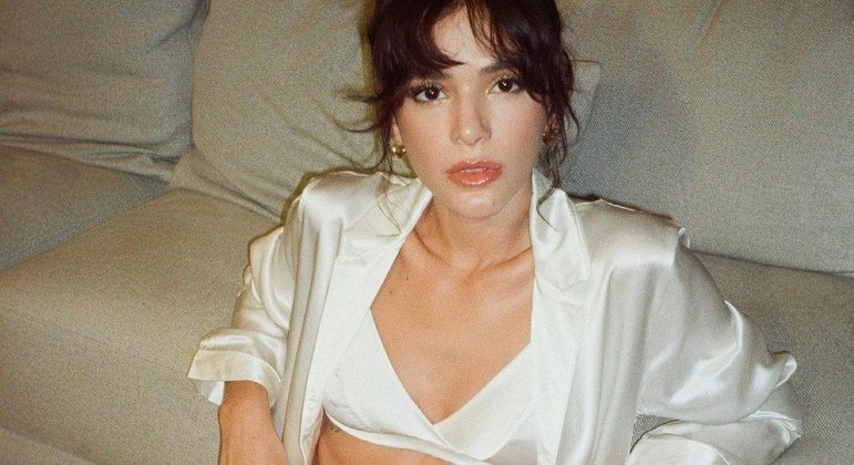 Bruna Marquezine mostrou barriga sarada ao posar vestindo top e shorts