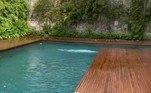 Acima, um clique de Bruna mostrando a piscina: a mesma em que Enzo aparece com a Amêndoa