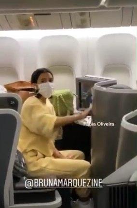 No avião, Bruna usou máscaras e limpou as poltronas com álcool gel