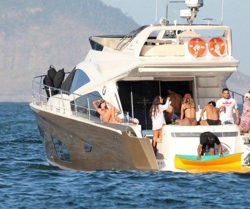 O instante de lazer de Bruna foi registrado por paparazzi que estavam próximo à embarcação da atriz