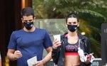 Ambos usavam máscaras de proteção facial para se protegerem da covid-19Bruna Marquezine parabeniza Enzo Celulari com declaração de amor