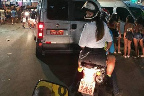 Bruna recorre à mototáxi para voltar ao hotel