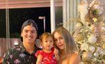 Bruna Medina ao lado da filha, Analua, e do marido, Felipe