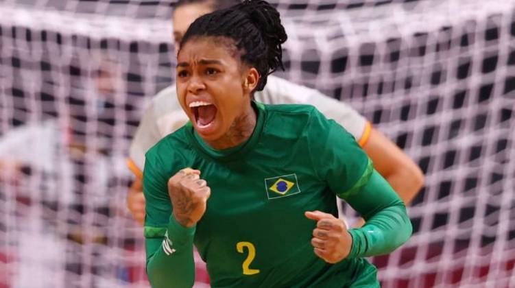 Bruna Paula, outra representante do Brasil no handebol, estava com o cabelo todo trançado e preso em um coque durante o jogo com a Espanha na quinta-feira (29), no qual ela marcou gol
