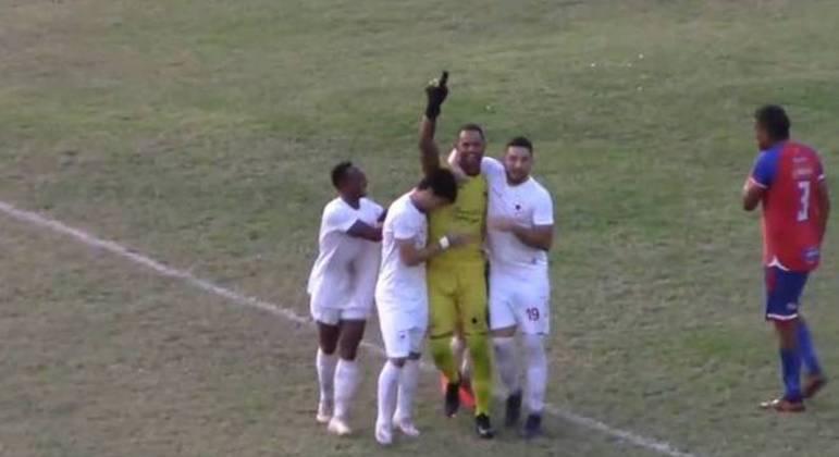 Bruno comemora o gol que marcou pelo Rio Branco. Ele tinha muitos fãs no Acre