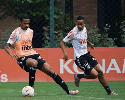 Bruno Alves disputa a bola