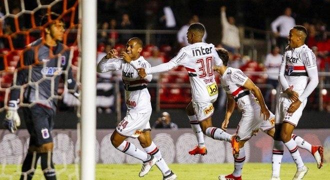 Bruno Alves fez o gol da vitória do São Paulo contra o Paraná no Morumbi
