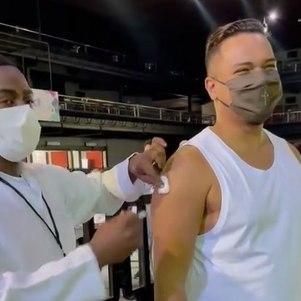 """""""Eu tô vacinado!"""", exclamou o cantor"""