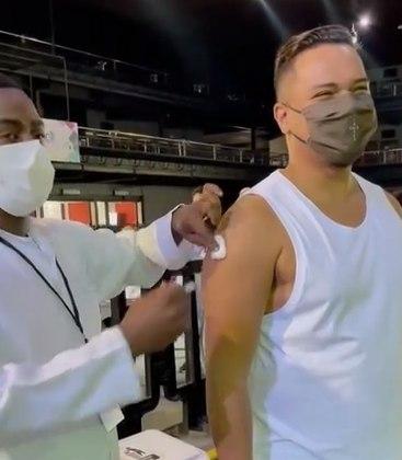 Bruno Cardoso, do Sorriso Maroto, acaba de engrossar a lista de famosos vacinados contra a covid-19. Por pertencer ao grupo de pessoas com comorbidades, o cantor foi imunizado no dia 20 de maio, em um posto localizado na casa de espetáculos Espaço Hall, no Rio de Janeiro