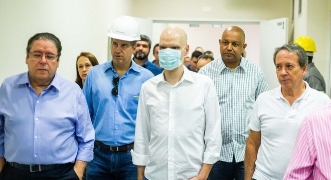 Prefeito Bruno Covas visita hospital da Brasilândia acompanhado de secretários