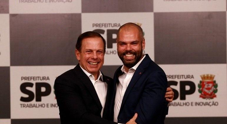 Ao lado de João Doria, Bruno Covas assume a prefeitura da capital paulista