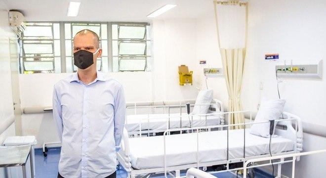 Na imagem, Bruno Covas visita hospital que trata pacientes com covid-19