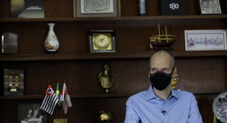 Bruno Covas se manteve na prefeitura e se reelegeu durante a luta contra o câncer