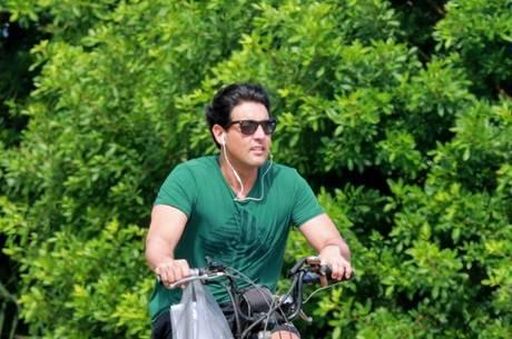 Bruno de Luca andou de bicicleta na orla da Barra