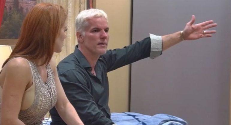 Deborah e Bruno reclamam da sujeira deixada por Márcia e Rod na suíte Power