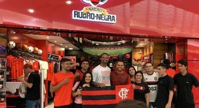 Bruno foi cercado por torcedores do Flamengo, em shopping de Cabo Frio