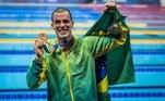 Bruno Fratus mostra a medalha de bronze que ganhou na prova de 50 m