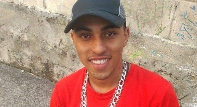 Bruno Gabriel foi ao Baile da 17 para comemorar o aniversário de 22 anos