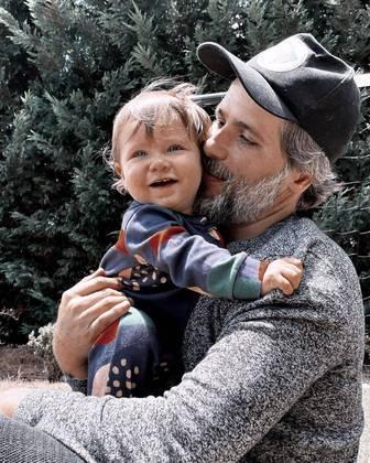 Bruno Gagliasso compartilhou nas redes sociais uma sequência fofa de fotos em que aparece brincando com Zyan, o caçula da família