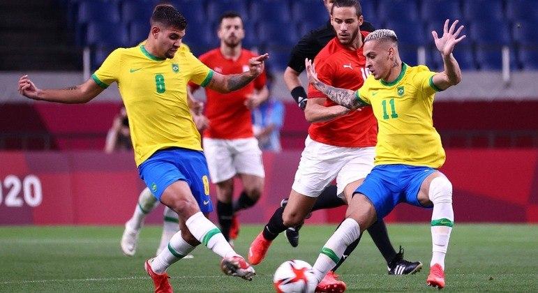 Bruno Guimarães e Antony em momento do jogo contra o Egito