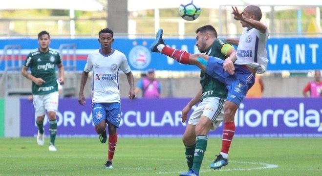 Bruno Henrique disputa a bola no duelo do Palmeiras com o Bahia