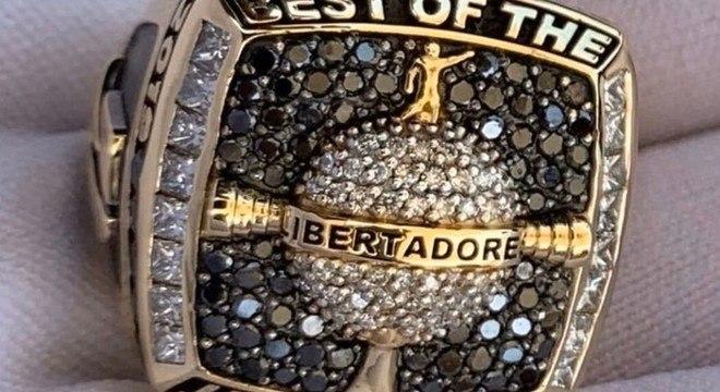 O anel de ouro e diamantes que ganhou da Conmebol. Melhor da Libertadores