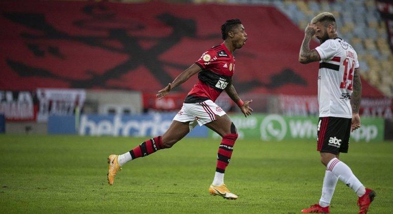 Bruno Henrique fez o que quis com a defesa do São Paulo. Marcou três gols na goleada histórica