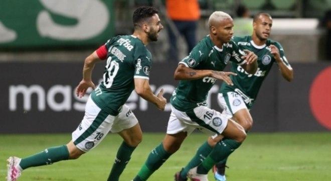 Bruno Henrique corre para comemorar com Deyverson