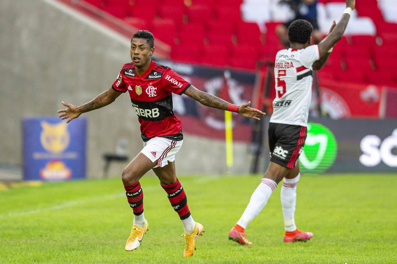 Bruno Henrique conseguiu se livrar da marcação são paulina. Usando seu talento e velocidade