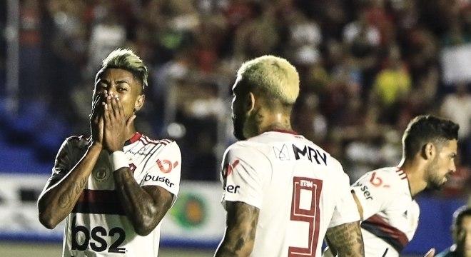 Bruno Henrique (à esq.) e Gabigol pareciam não acreditar no empate