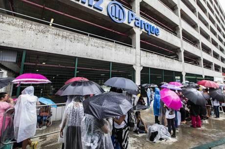 Fãs enfrentam até chuva em busca de ingresso