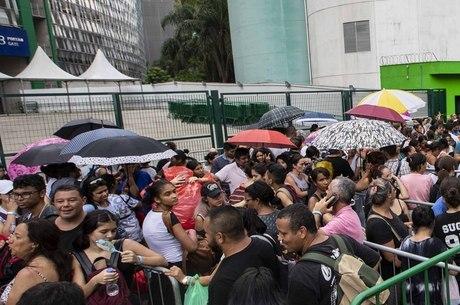 Multidão dormiu na fila para comprar ingressos