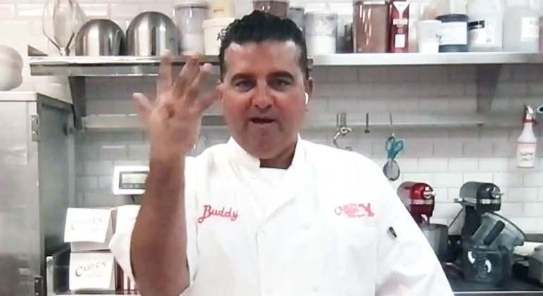 Buddy Valastro mostra a mão após cinco cirurgias