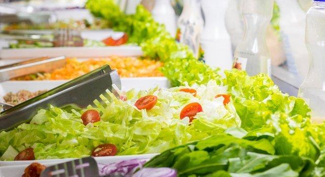 Se for comer em um restaurante por quilo, capriche na quantidade de folhas verdes e salada, que aumentam a sensação de saciedade e tem poucas calorias, recomenda Suen