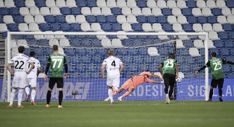 Buffon, da Juve, o mais velho arqueiro a defender um pênalti na Série A