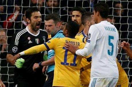 Buffon briga com juiz depois de marcação de pênalti