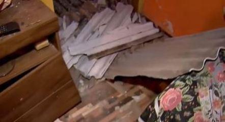 Telhado destruído caiu sobre o chão da casa de Edileuza