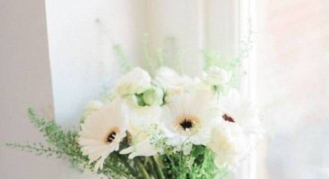 Buquê delicado formado com flores de gérbera branca