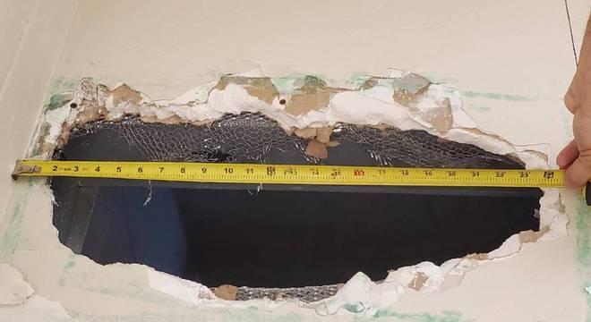 Dupla abriu um buraco de 56 cm por 20 cm