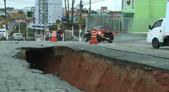 Cratera se abre na avenida Matias Beck, no bairro Jardim Primavera, zona sul de SP
