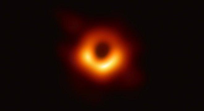 Foto da National Sciene Foundation publicada em abril deste ano. Eles tiraram fotos por 10 dias para produzir esta foto de um buraco negro em uma galáxia super gigante localizada na constelação de Virgem