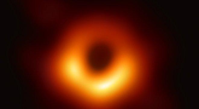 A primeira imagem da história de um buraco negro: ele está cercado pelo brilho de gases atraídos pela gravidade