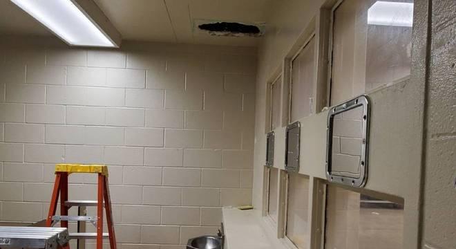 Suspeitos identificaram 'ponto cego' em banheiro da prisão