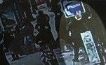 As imagens mostram o momento exato em queLeonard Shoulders, 33 anos, é engolido pela abertura