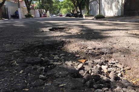 Buraco em rua da zona sul de São Paulo