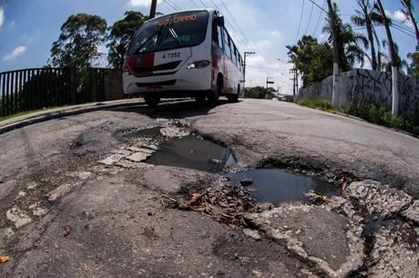 Calçadas são obstáculos às pessoas com deficiência
