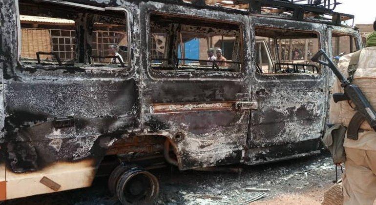 Os autores do ataque também colocaram fogo em casas e veículos