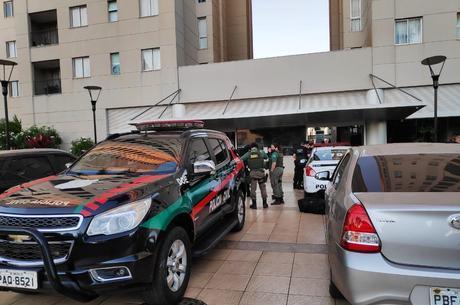 Policias na casa de estudante em Brasília