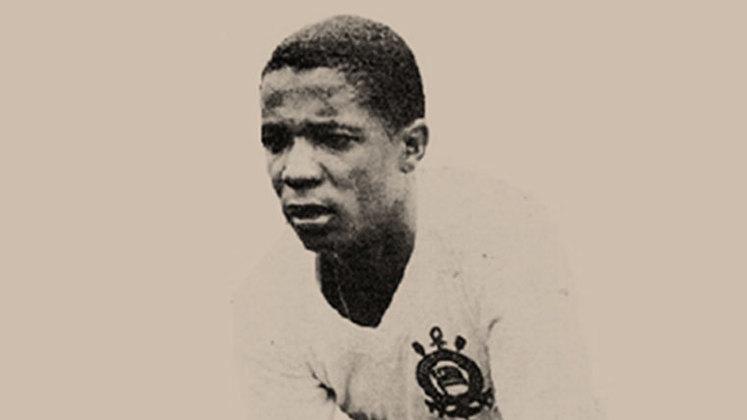 Buscando novos ares, Nei Oliveira tentou a sorte no Rio de Janeiro, onde atuou por Vasco da Gama, Flamengo e Botafogo. Foi um jogador talentoso e vitorioso, mas as comparações com o Rei foram exageradas, e Nei não conseguiu corresponder ao que era esperado dele, embora tenha sido um bom jogador