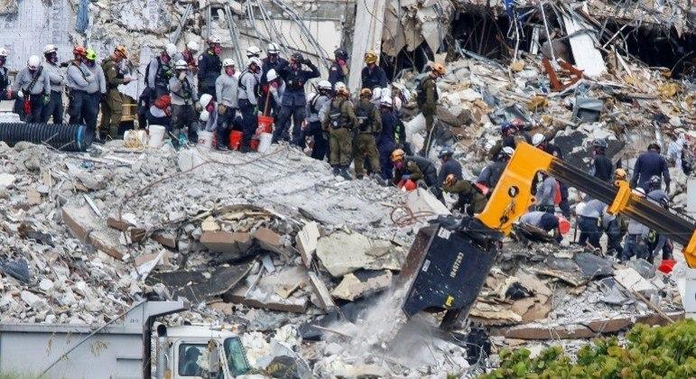 Equipes de resgates  encerram as buscas nos escombros do prédio que desabou na Flórida